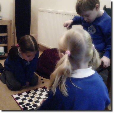 Crianças jogando damas