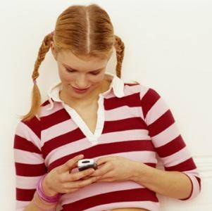 Garota usando celular