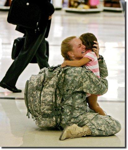 Militar do iraque volta pra casa, abraça a filha