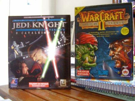 Caixas dos jogos Jedi Knight e Warcraft 2