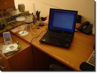 Notebook em cima de uma mesa