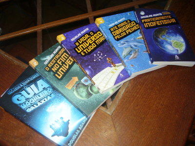 Os cinco livros da trilogia dos mochileiros das galáxias de Dougla Adams