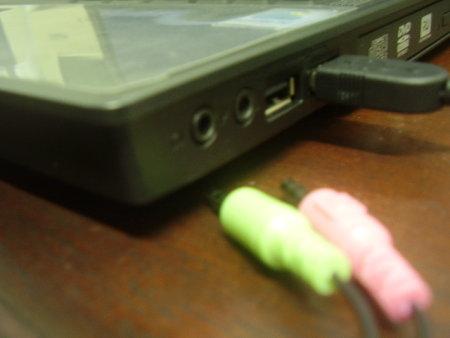 Saída de áudio e entrada para microfone na lateral